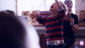 Ën af tre film om Specialbørnehaven Skovbrynet i Aarhus. Institutionen har fokus på at hjælpe børn med særlige pædagogiske behov, så som autisme autismespektrum og Aspergers.